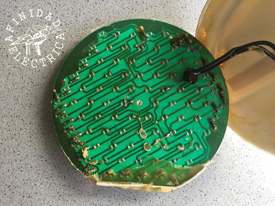 Los componentes hallados en la placa son: 90 leds, 30 resistencias y un puente rectificador.