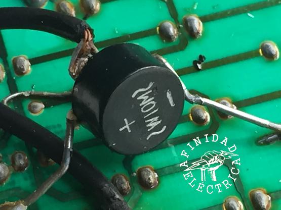 El otro componente electrónico existente es un puente rectificador de 1,5 Ampere (puente de diodos o de Graetz) conectado en forma precaria al circuito impreso y a la bornera de alimentación.