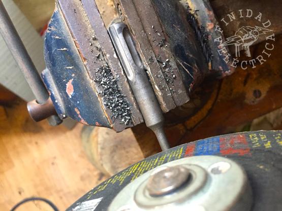 Medimos el espesor del dado o prisma de la cabeza del tapón y cortamos con amoladora o sierra la parte de la mecha donante que se insertará en él.