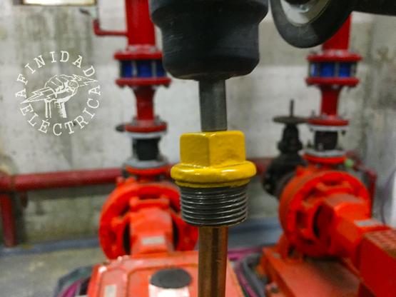 Como también sucede en el método manual, en algunos casos antes de proceder al clavado del electrodo, se deberá perforar o romper la primer capa dura del contrapiso.