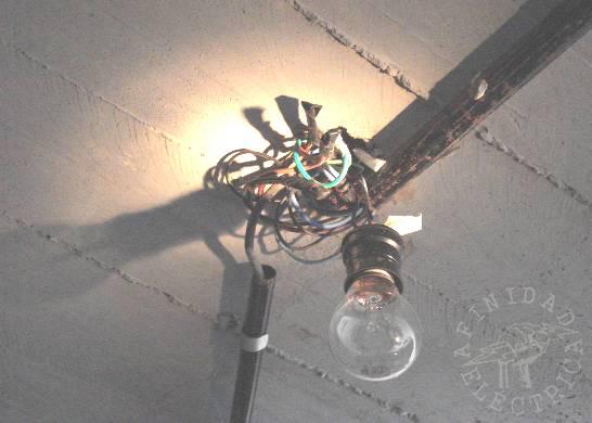 Frecuentemente debe revisar el área alrededor de las lámparas del techo en busca de calor ya que  no todas las luminarias se encuentran bien aisladas ni ventiladas.