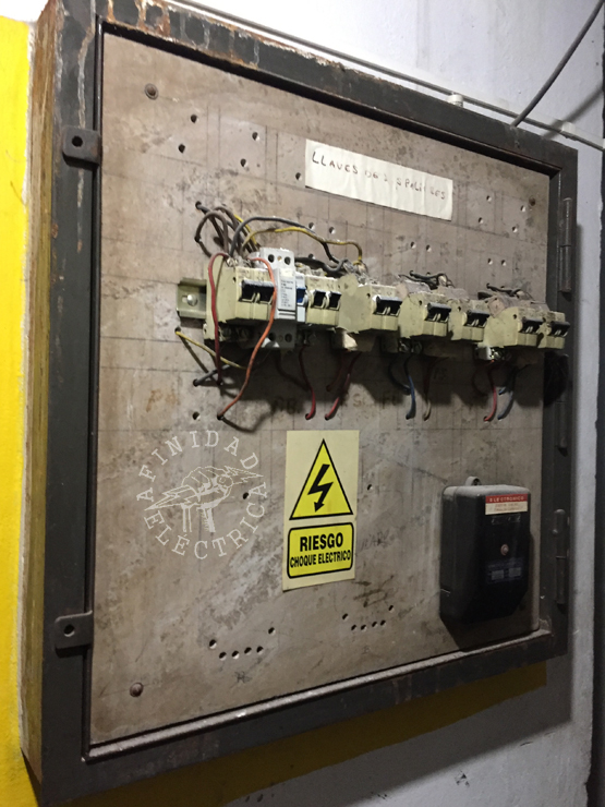 Conocer los síntomas de un problema eléctrico hogareño puede ayudarlo a realizar las reparaciones necesarias y así prevenir una situación peligrosa que podría provocar electrocución o daños a la propiedad.