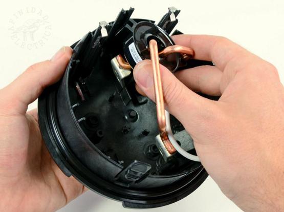 Los  alambres gruesos de cobre barnizado permiten conectar el medidor en serie con los cables de alimentación principal de un hogar.