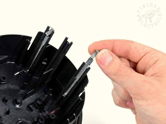 Los contactos de presión metálicos largos a lo largo de la caja interior del medidor.