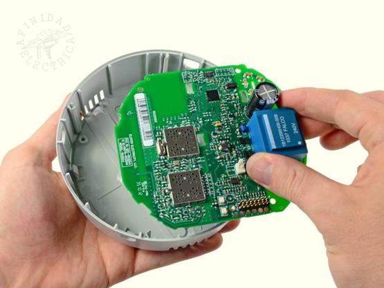 Dos contactos ubicados cerca de la parte superior de la placa canalizan la tensión de 240 V CA desde los alambres  de cobre gruesos hacia la placa y hacia la caja del transformador azul.