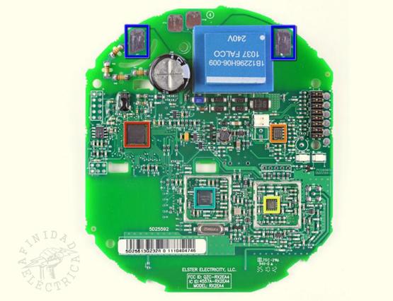 Los circuitos integrados principales instalados en la parte frontal de la placa.